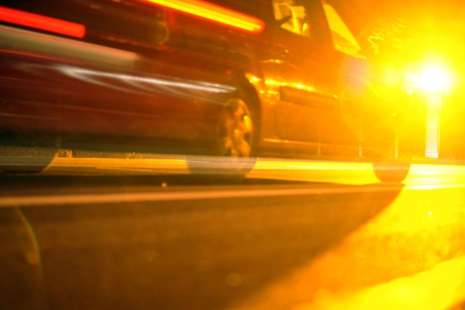 Ein Fahrzeug wird von einer stationären Geschwindigkeitsüberwachungsanlage geblitzt.