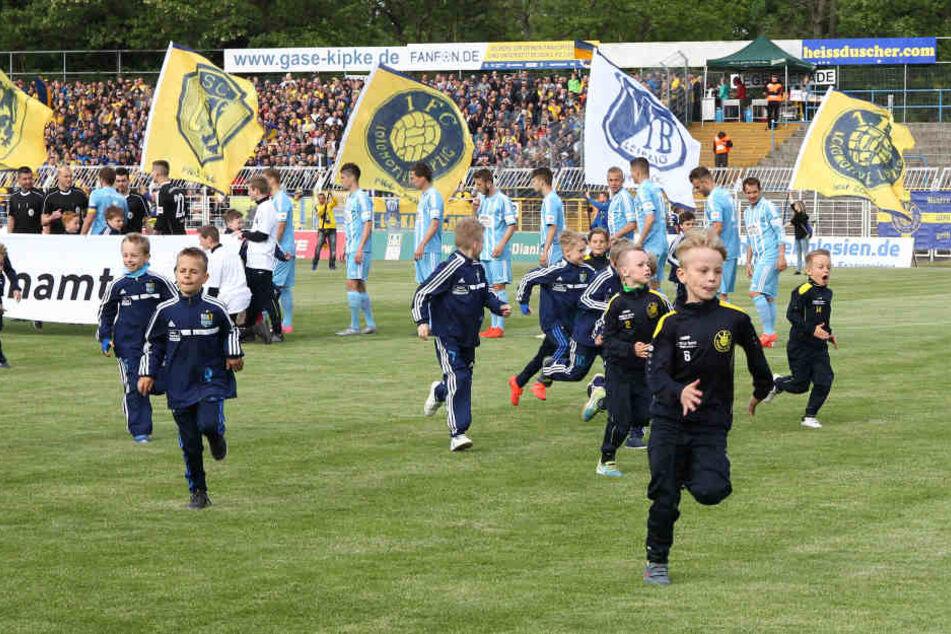 Einlaufkinder beim Sachsen-Pokal-Finale zwischen Lok Leipzig und dem Chemnitzer FC: Der Probstheidaer Nachwuchs darf in Gladbach mit den Profis aufs Feld laufen.