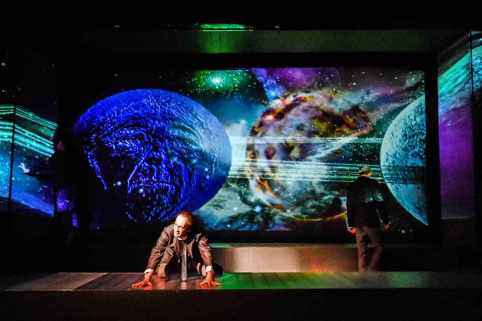 """Faust  (Philipp Otto) will endlich wissen, """"was die Welt im inneren zusammenhält"""""""