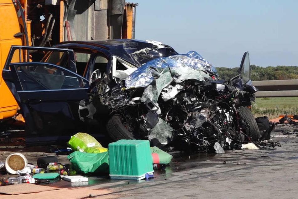 Der tonnenschwere Lastwagen krachte in die Leitplanke, durchbrach diese und traf mit voller Wucht einen Kleinwagen auf der Gegenfahrbahn.