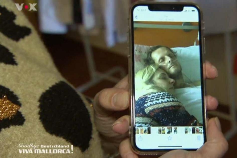 Daniela Büchner zeigt das Foto von ihr und ihrem Jens im Krankenbett.