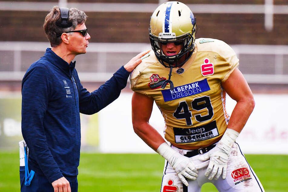 Monarchs-Coach Ulrich Däuber (l.) ist froh, dass er seinen Linebacker AJ Wentland einsetzen kann.