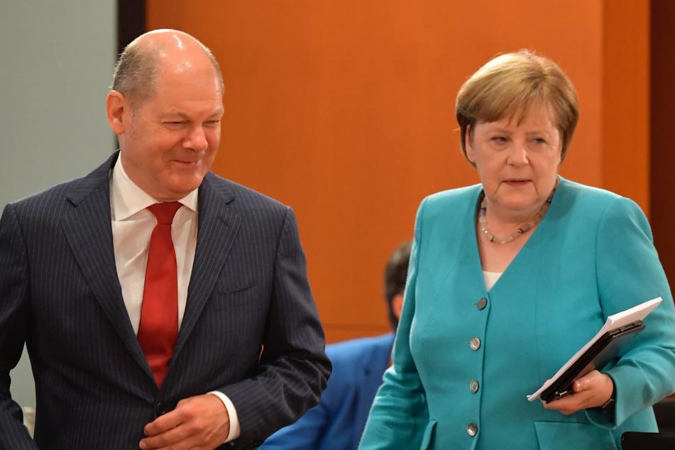 Bundeskanzlerin Angela Merkel (CDU) kommt am Mittwoch zum Treffen des Kabinetts im Bundeskanzleramt zusammen mit Bundesfinanzminister Olaf Scholz (SPD).