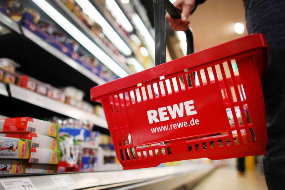 Im Rewe-Markt randalierte der Mann, zerschlug Flaschen und Einrichtungsgegenstände.