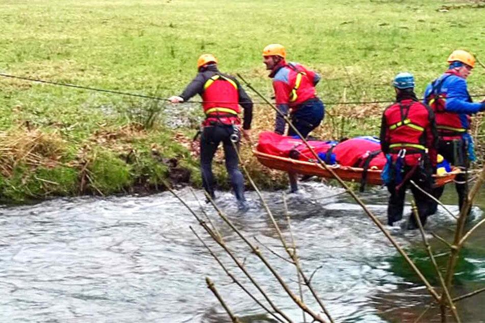 Ein Wanderer verletzte sich bei einem Ausflug über den Flößersteig. Rettungskräfte transportieren ihn hier über ein Gewässer.