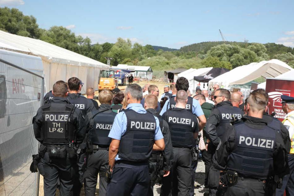 Die Polizei ist mit einem Großaufgebot beim Rechtsrock-Konzert vor Ort.