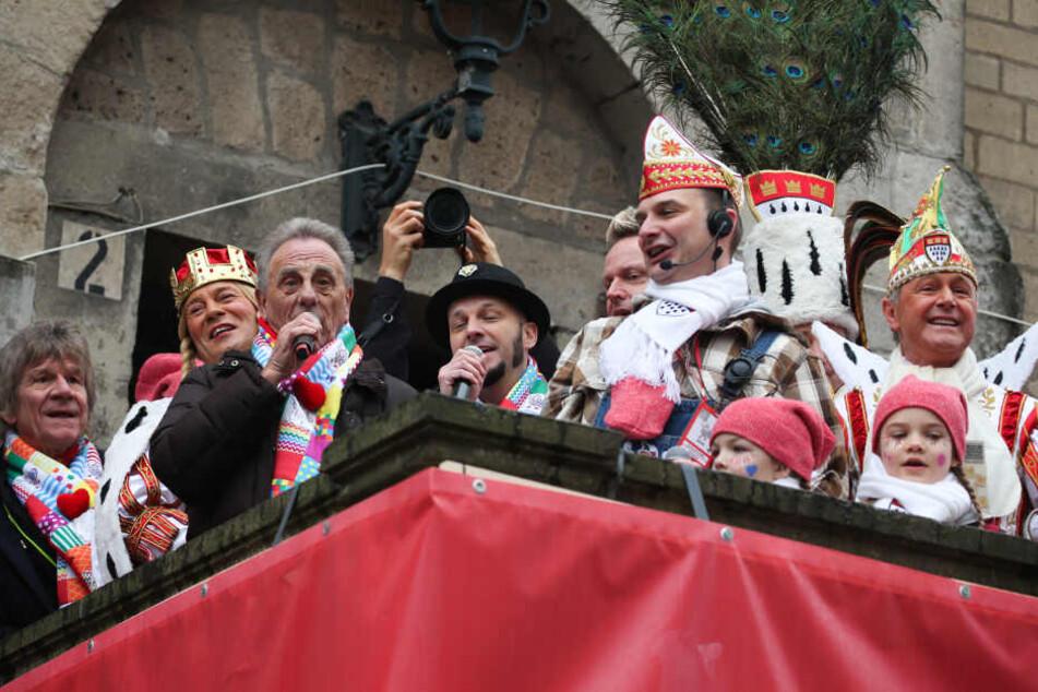 Köln: Dreigestirn, Zugleiter Holger Kirsch (3.v.r) und die Bläck Fööss eröffnen den Rosenmontagszug. Mit den Rosenmontagszügen erreicht der rheinische Straßenkarneval seinen Höhepunkt.