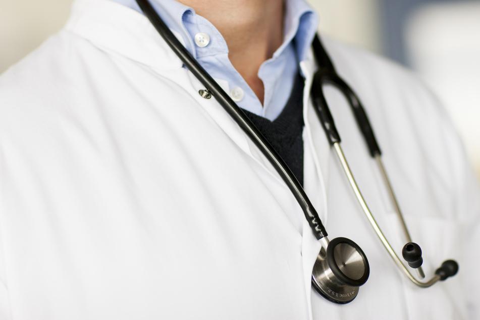 Arzt muss in Quarantäne, behandelt aber weiter Patienten