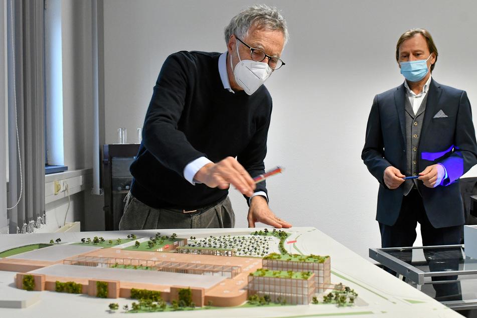 Der Unternehmer erläutert am Modell seinen Neubau.