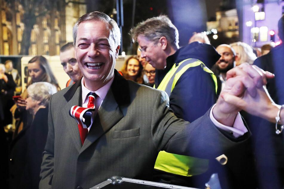 Nigel Farage, Vorsitzender der Brexit-Partei, schüttelt einem Anhänger die Hand. (Archivbild)