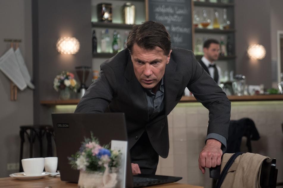 Rote Rosen: Kaum zurück in Lüneburg, verstrickt sich Gregor schon wieder in Lügen und schnüffelt an Judiths Laptop herum.