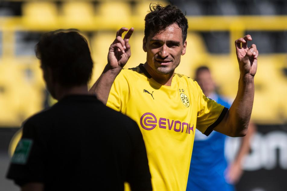 27. Juni, Dortmund: Mats Hummels diskutiert nach dem Elfmeterpfiff mit Schiedsrichter Guido Winkmann. Der Kicker soll ebenfalls zum Spieler-Bündnis dazugehören.