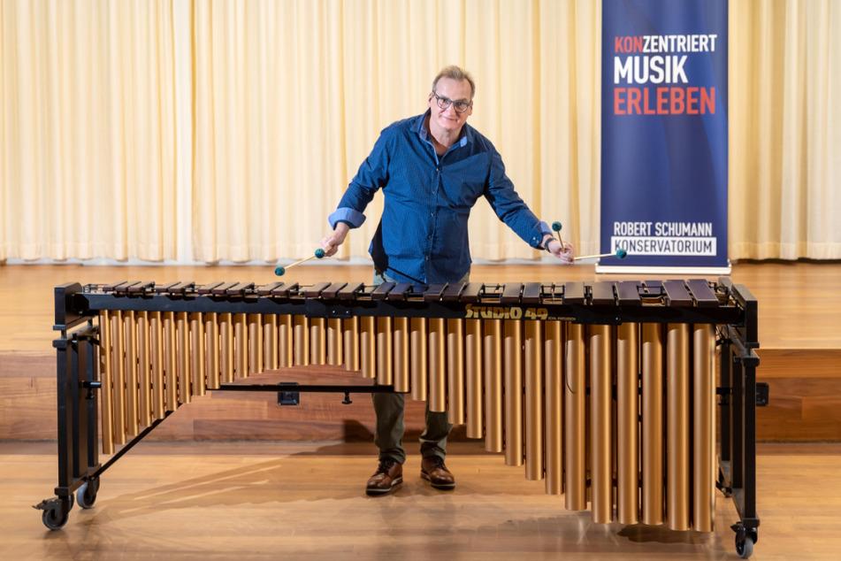 Nils Fahlke (54), Schlagzeuglehrer am Robert-Schumann-Konservatorium, spielt auf dem neuen Marimbaphon.