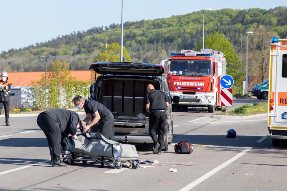 Ein Leichenwagen transportiert den Toten ab.