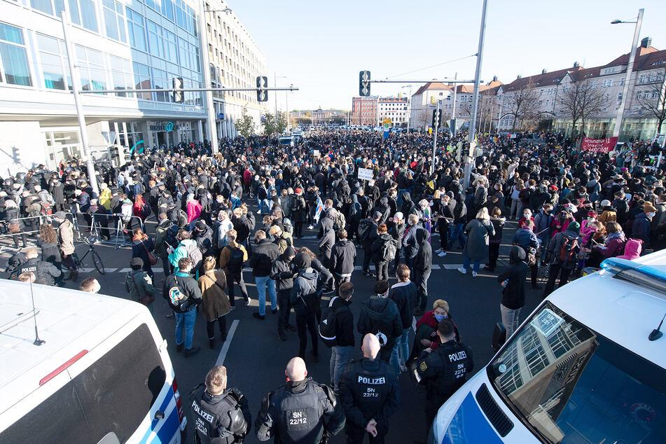 """Gegendemonstranten stehen anlässlich der Demonstration der Stuttgarter Initiative """"Querdenken"""" auf dem Augustusplatz."""