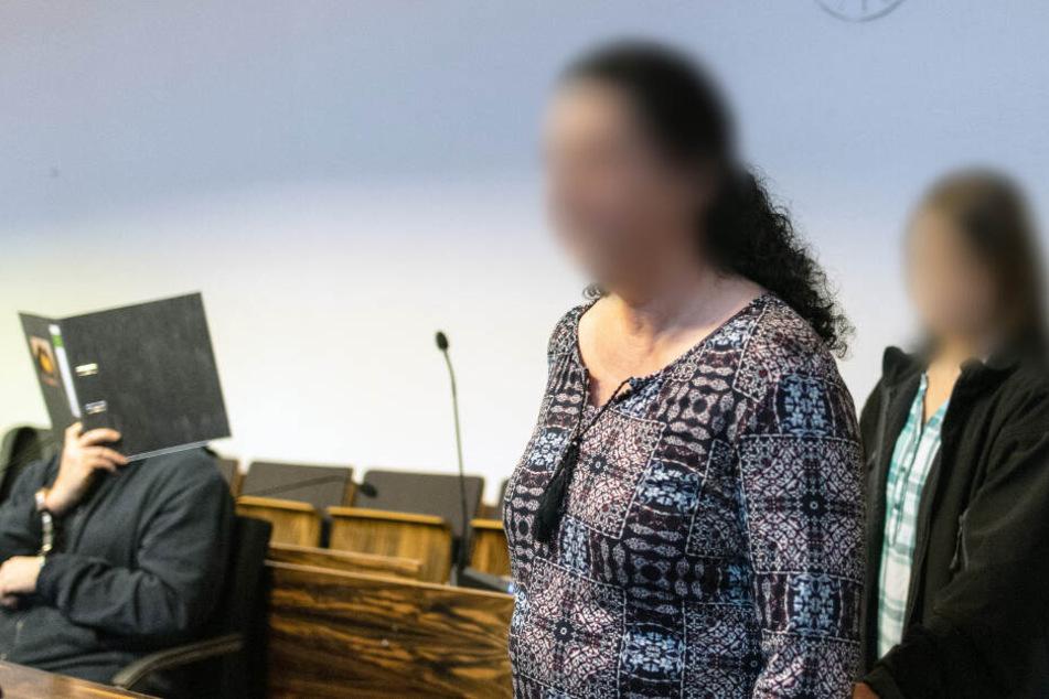 Maria (rechts) mit ihrer Mutter (Mitte) im Gerichtssaal. Links: der Angeklagte.