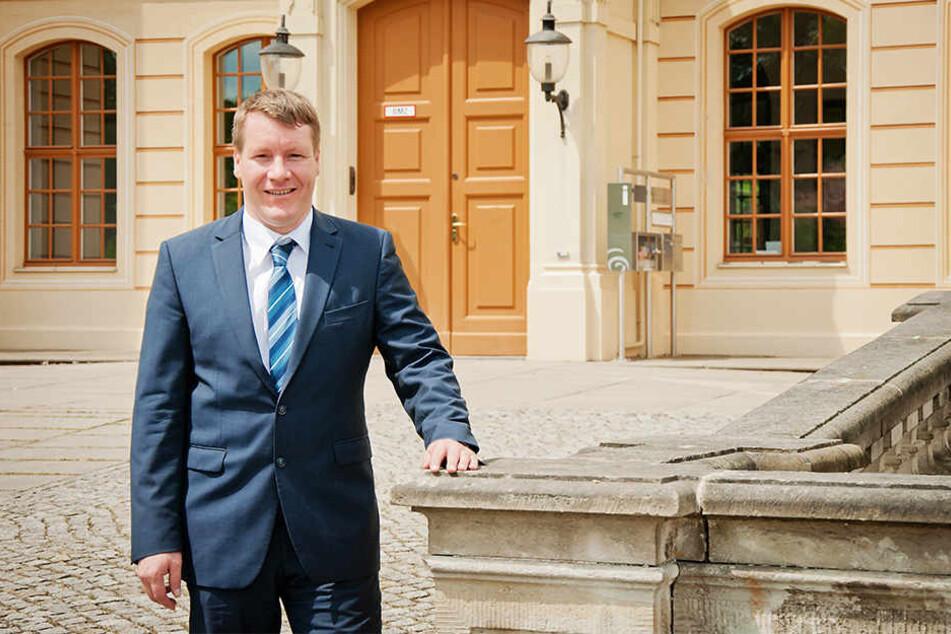 Ein Bild aus frohen Tagen: Großenhains OB Sven Mißbach (40) besucht oft das Palais von Zabeltitz. Dort haben die Vandalen jetzt durch den Türschlitz ins Barockgebäude gepinkelt.