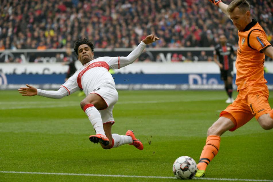 Im Anflug: VfB-Kreativspieler Daniel Didavi versucht Bayer-Keeper Lukas Hradecky zu blocken.
