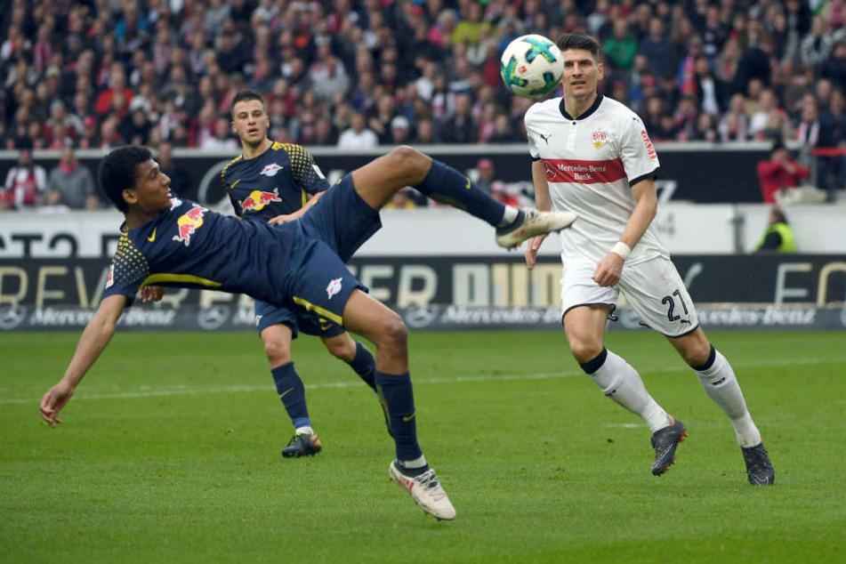 Leipzigs Bernardo (l) im Zweikampf mit Stuttgarts Mario Gomez.