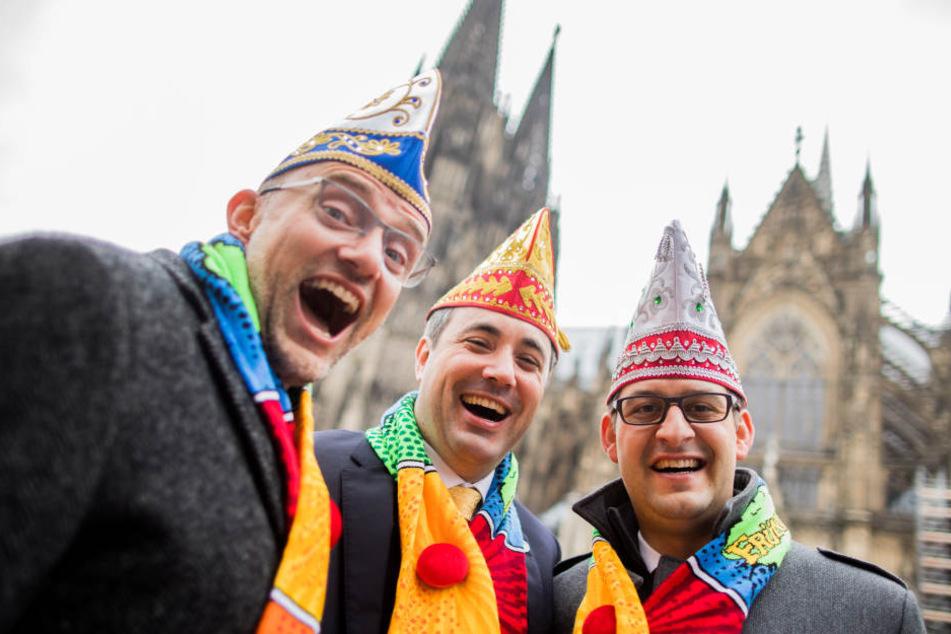Das Kölner Dreigestirn: Jungfrau Catharina (l-r, Michael Everwand), Prinz Marc I. (Marc Michelske) und Bauer (Markus Meyer) stehen vor dem Dom vor dem Auftakt der Karnevalssession.