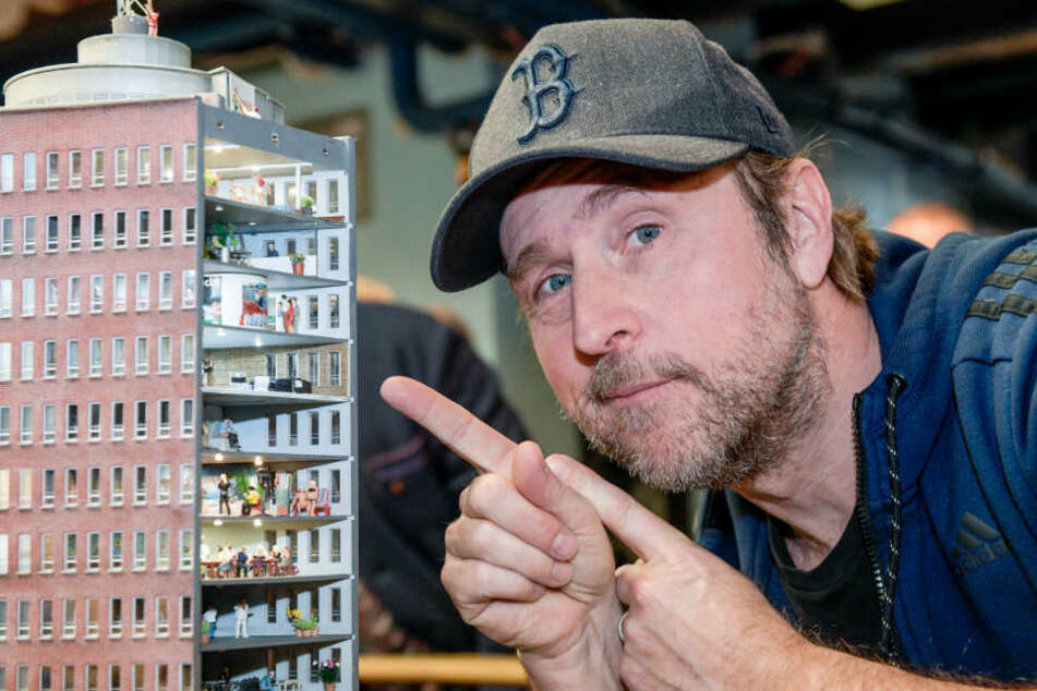Schauspieler Bjarne Mädel zeigt im Hamburger Miniaturwunderland auf seine Figur.