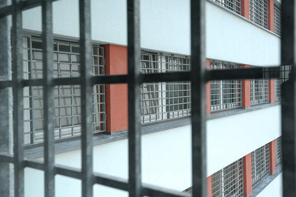 Blick durch die Fenstergitter der JVA Chemnitz: Hier ist der Ausbau bereits beendet.