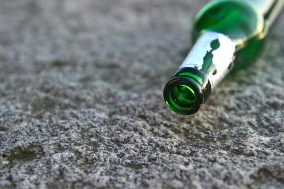 Ein 27-Jähriger wurde durch eine Glasflasche am Kopf verletzt.