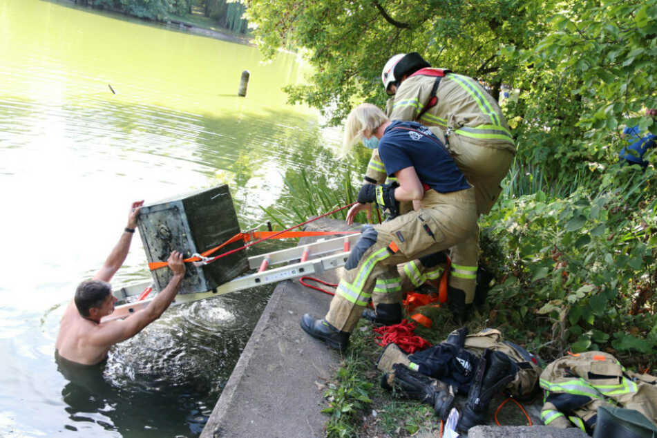 Einsatzkräfte der Feuerwehr ziehen einen Tresor aus dem Obersee in Berlin.