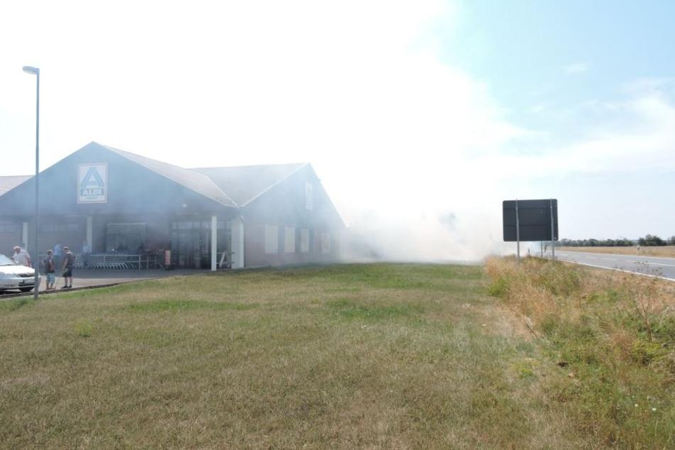 Durch den Brand wurde eine Aldi-Filiale bedroht.