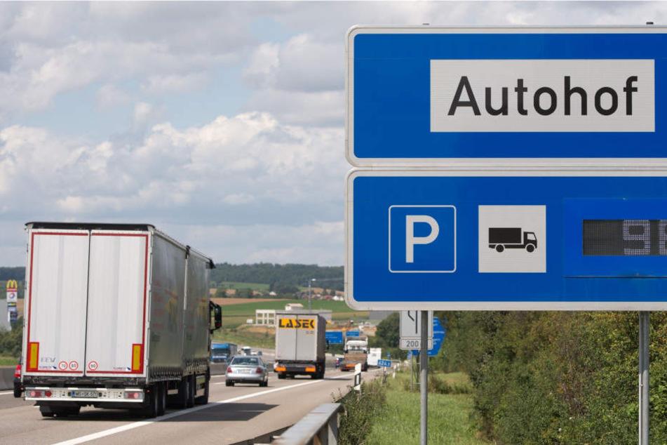 Auf einem Autohof in Sachsen-Anhalt flogen am Samstagabend die Klappstühle. (Symbolbild)