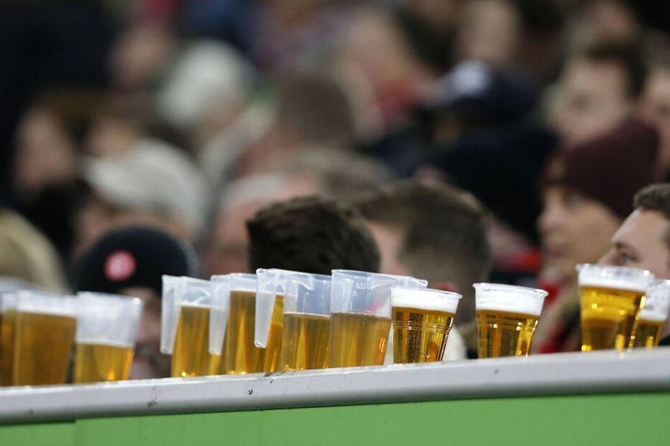 Das Bier gehört zum Fußball fast schon wie der Ball. Im Erzgebirgsstadion kostet der Liter 7,50 Euro.