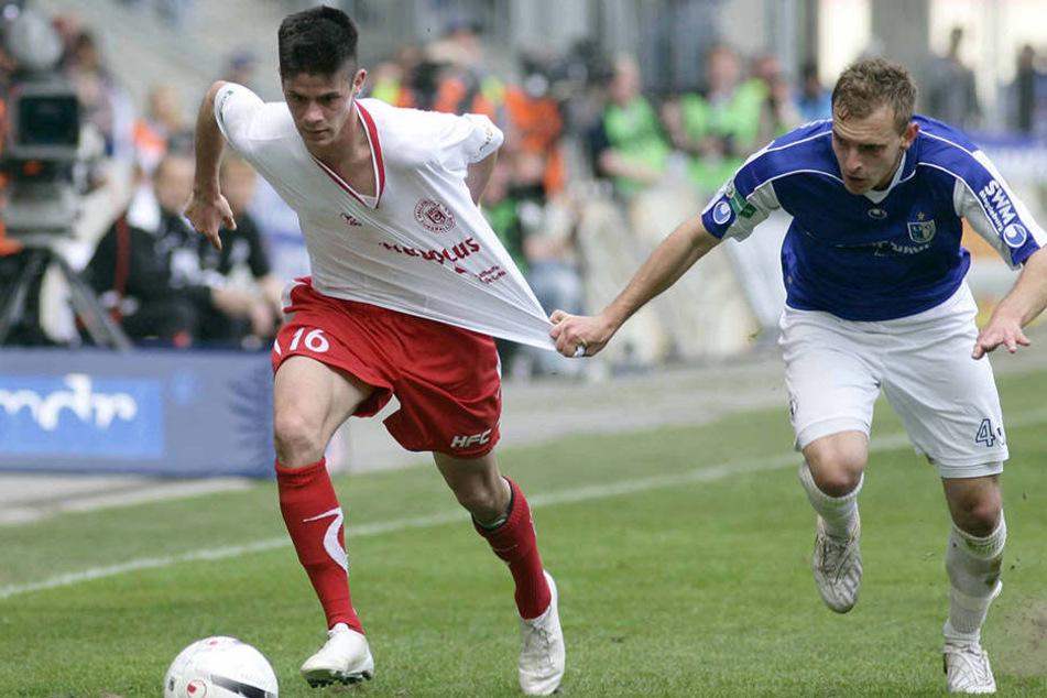 17. April 2011 - Regionalliga: Der damalige Hallenser Dennis Mast (l.) im Duell mit dem Magdeburger Daniel Halke.