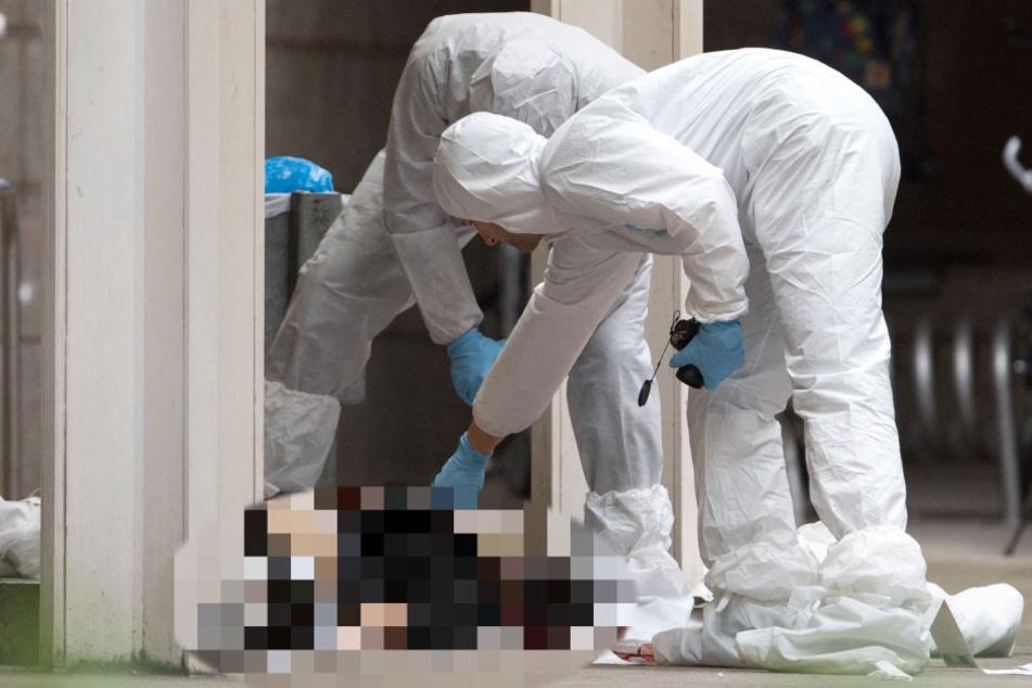 Der Angeklagte richtete seine Opfer mit Schüssen und Messerstichen regelrecht hin.
