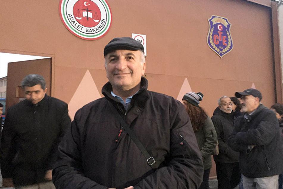 Vater Ali Riza Tolu wartet am 18.12.2017 vor dem Gefängnis im Istanbuler Stadtteil Bakirköy auf seine Tochter Mesale Tolu.
