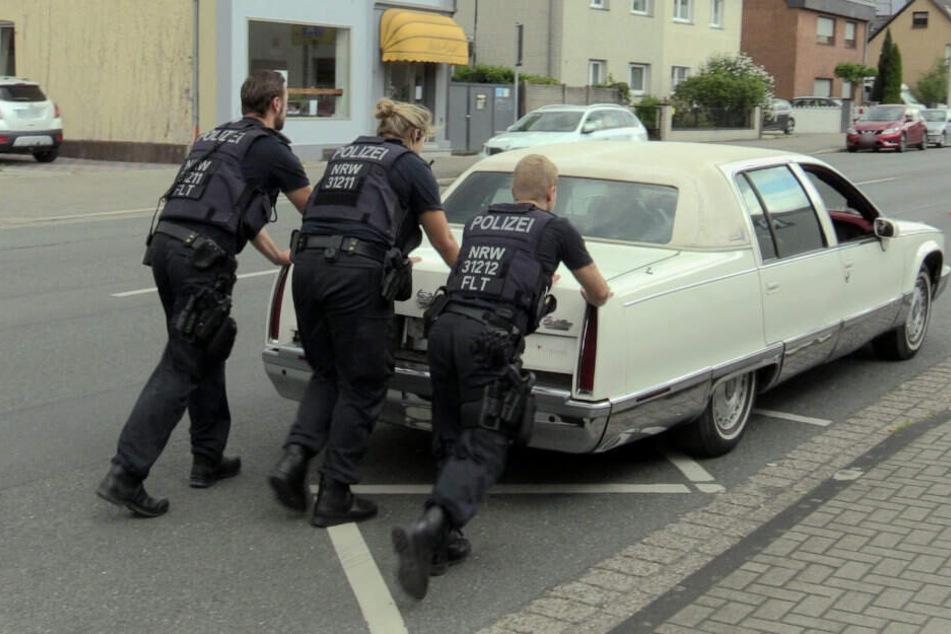 Polizisten legen den Cadillac der Wollersheims erst einmal still.