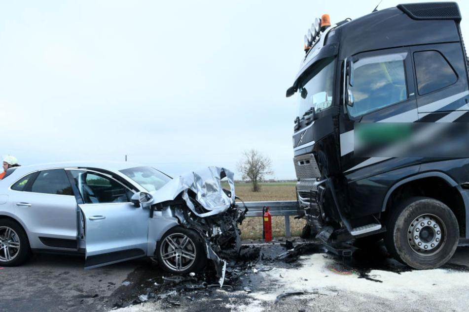 Der Porsche-Fahrer kam aus unbekannten Gründen auf die Gegenfahrbahn und krachte in den LKW.