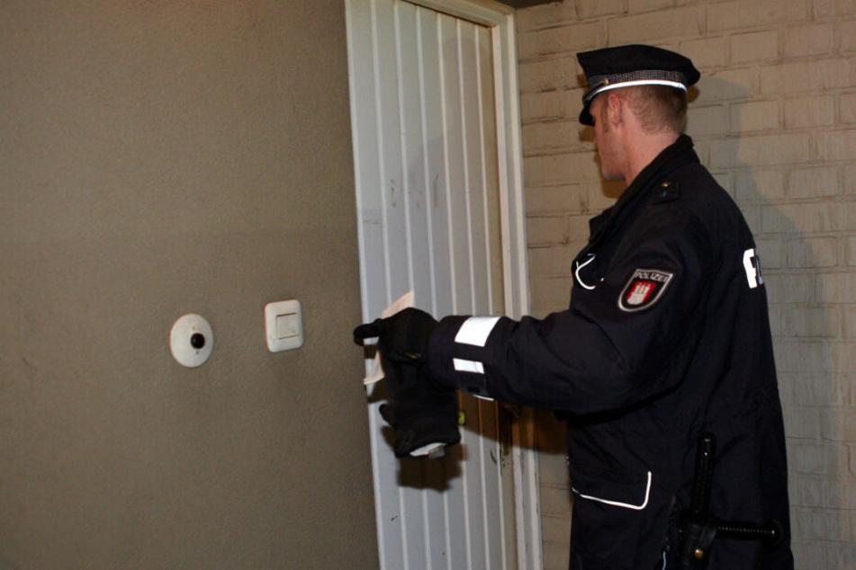 Zwei falsche Polizisten haben eine 89-jährige Leipzigerin am Samstagabend in ihrer Wohnung beklaut. (Symbolbild)