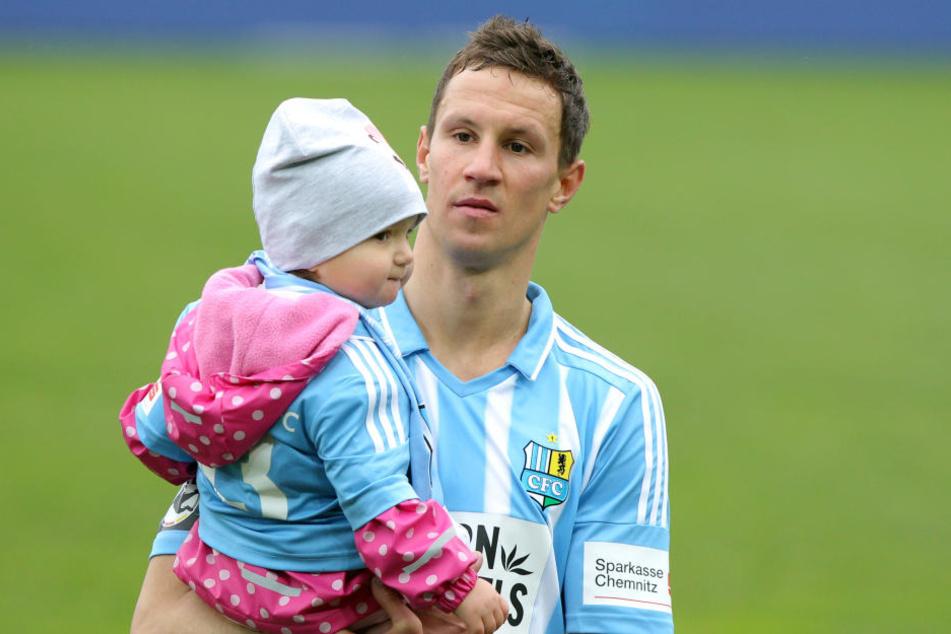 Tim Danneberg mit Tochter Lotta. Der Mittelfeld-Stratege war nach der Kiel-Pleite enttäuscht.