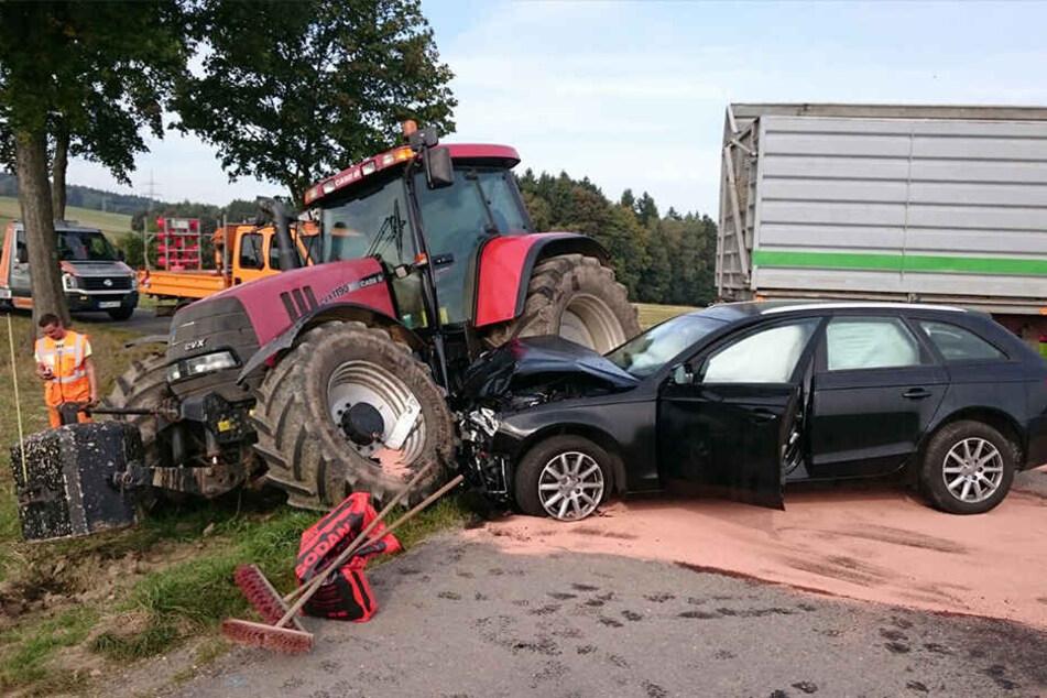 Der Audi-Fahrer krachte vermutlich nach einem Überholmanöver in den Traktor.