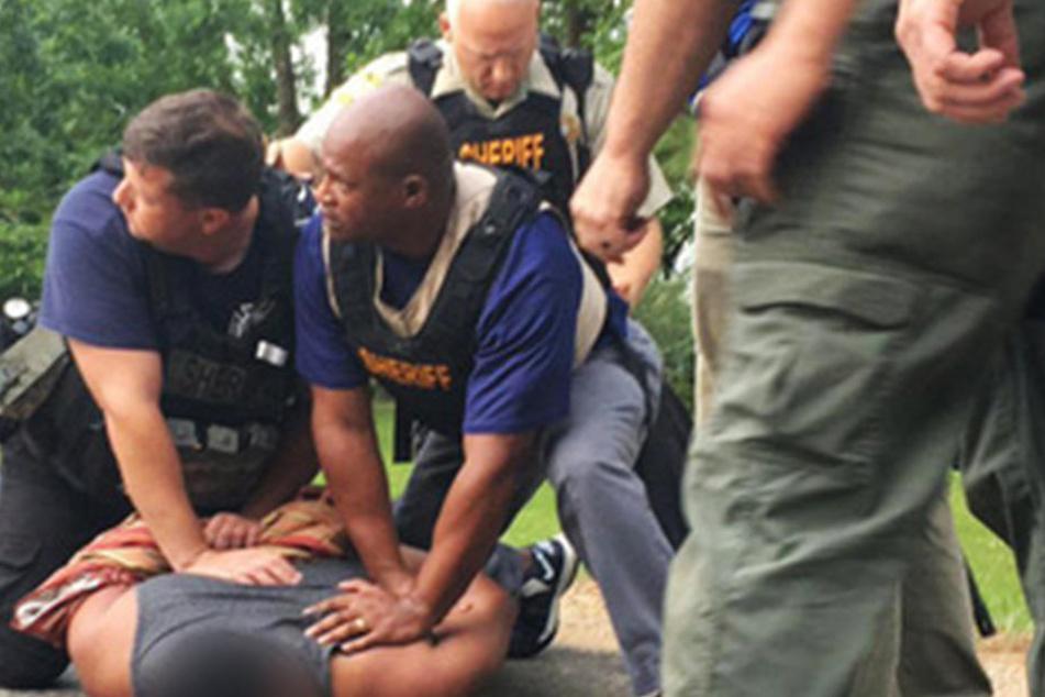 Der mutmaßliche Täter wurde überwältigt und in ein Krankenhaus gebracht.