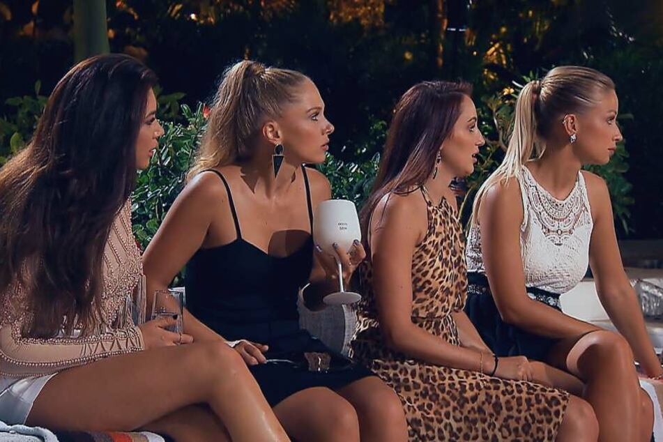 Mariya, Vanessa, Isabell und Luisa waren geschockt, als Nadine frühzeitig das Set verließ. Angeblich wegen einer Nierenbecken-Entzündung.