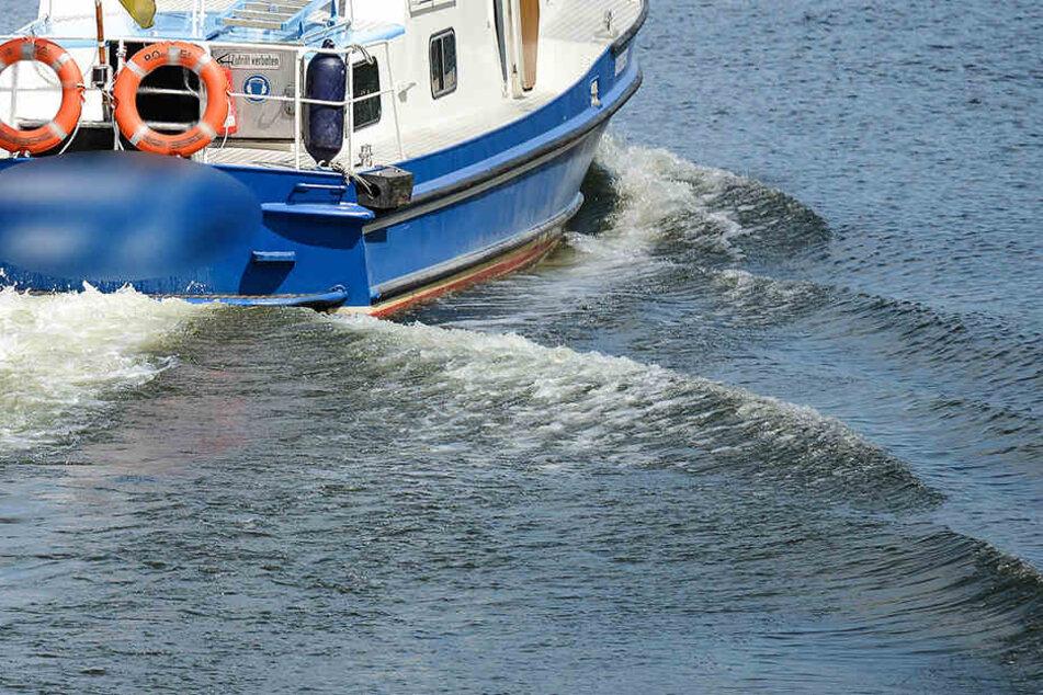 Passanten entdeckten die beiden im Wasser treibenden Frauen und leisteten Erste Hilfe.