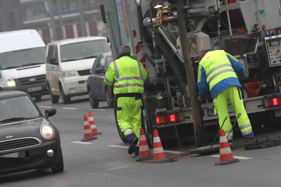 Der Mitarbeiter (31) einer Kanalreinigungsfirma ist in Leipzig von vier Vermummten angegriffen worden. (Symbolbild)