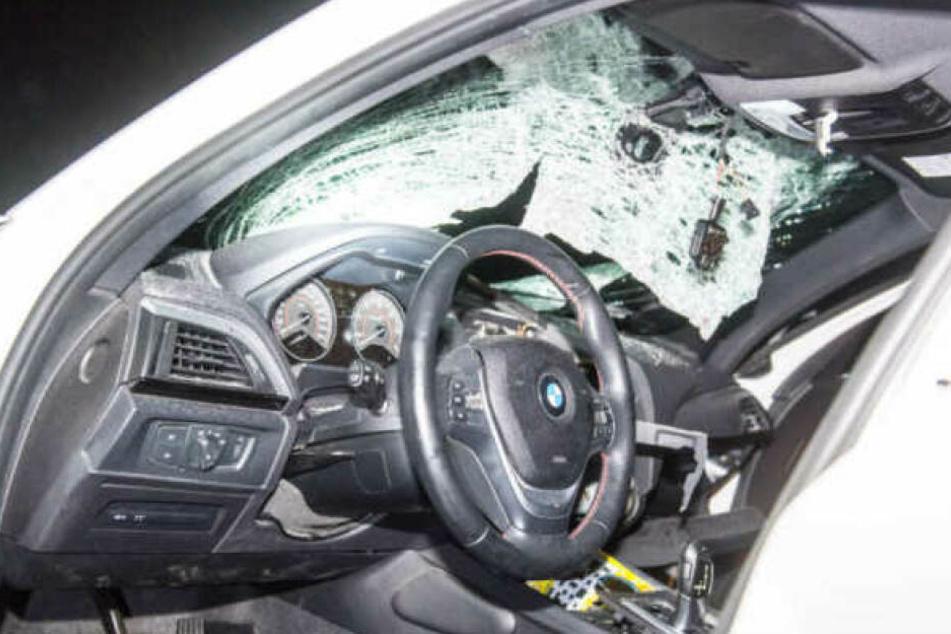Ein Stein hatte die Windschutzscheibe eines BMW durchschlagen. Die Fahrerin wurde schwer verletzt. (Archivbild)