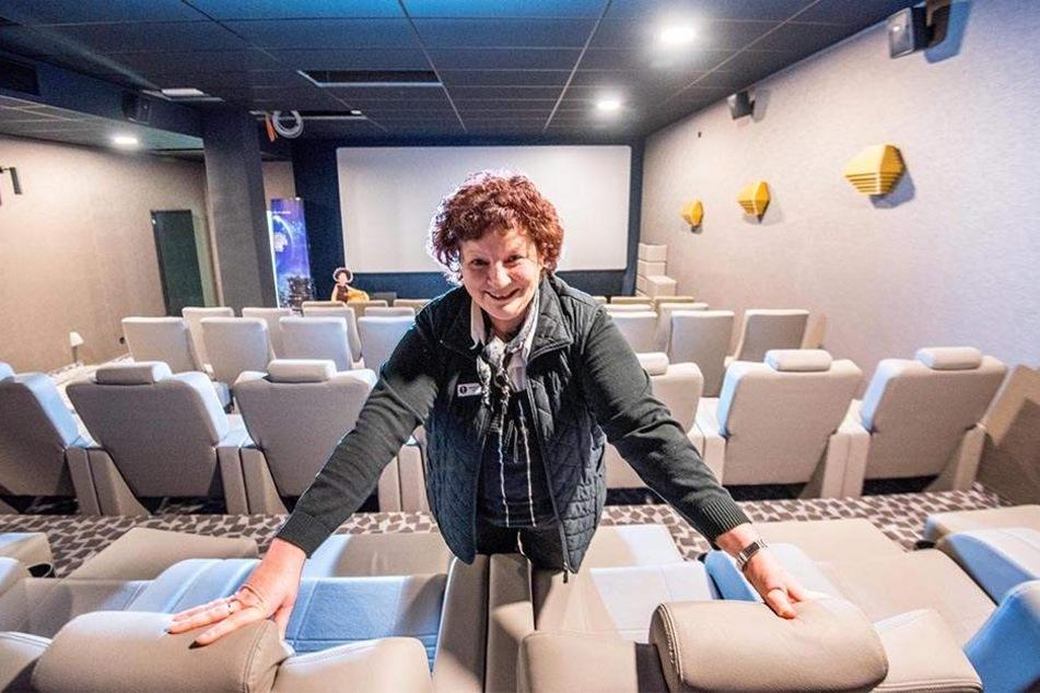 Theaterleiterin Kathrin Swoboda in einem der neuen Kinosäle im Untergeschoss. Ins Auge stechen die neuen Ledersessel mit verstellbarer Rückenlehne und Fußhocker.