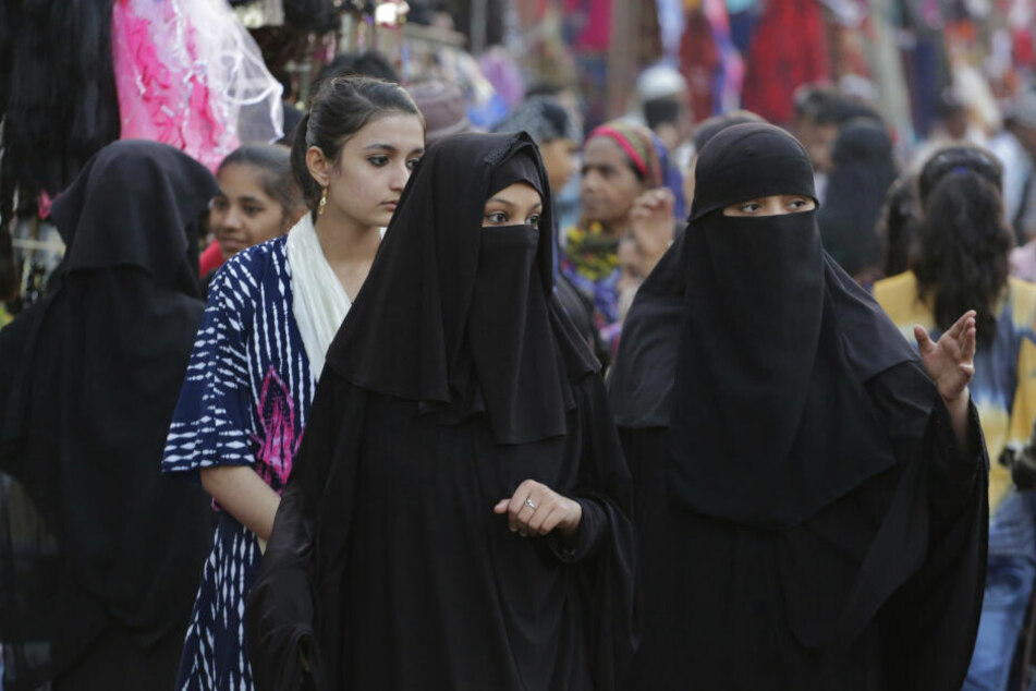 Zwei vollverschleierte Frauen. (Symbolbild)