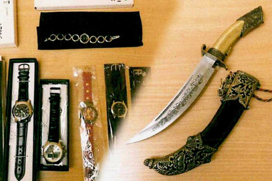 Bei einer Durchsuchung fanden die Polizisten mehrere gestohlene Gegenstände - doch wem gehören die nur?