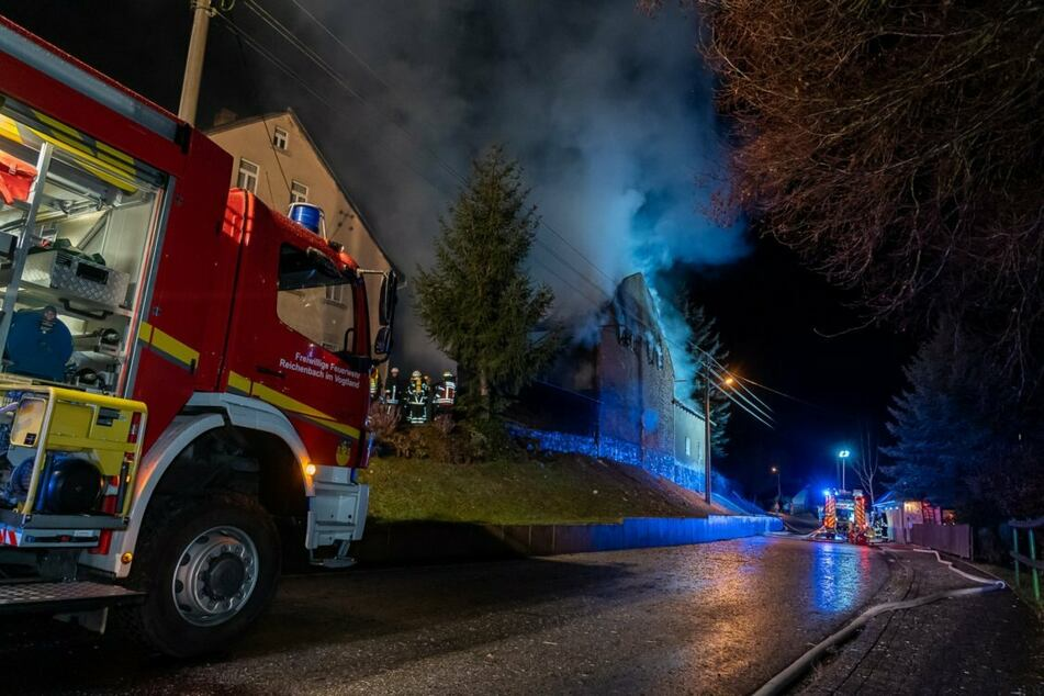 Scheune im Vogtland abgefackelt! Feuerwehr kann Schlimmeres verhindern