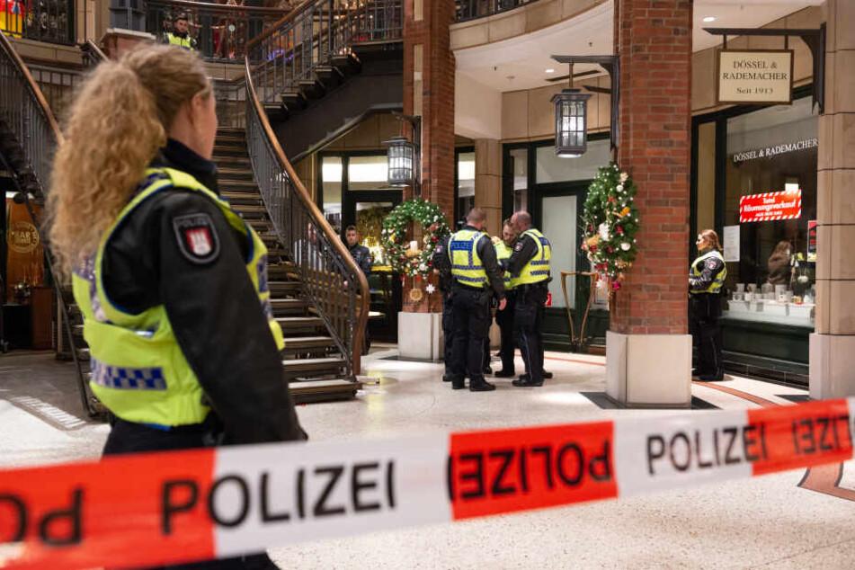 Polizisten stehen nach einer Messerattacke im Hamburger Levantehaus.