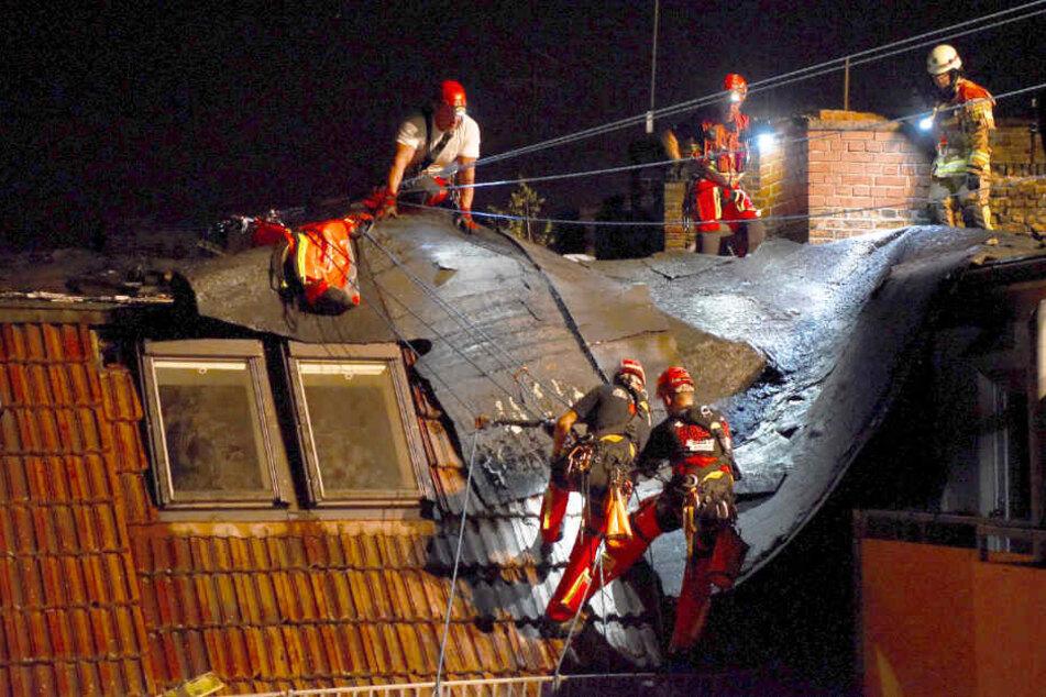Insgesamt wurden laut Polizei rund 250 Quadratmeter Dachfläche abgedeckt.